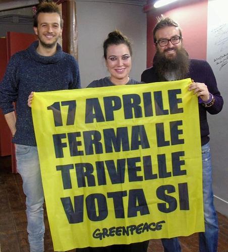 Sabina Guzzanti in piazza con Greenpeace Italia a favore del Sì