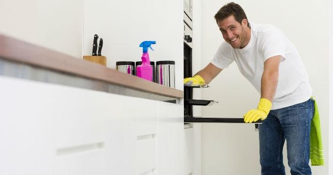 uomo-che-pulisce-il-forno