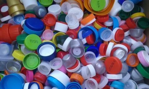 Raccolta dei tappi di plastica