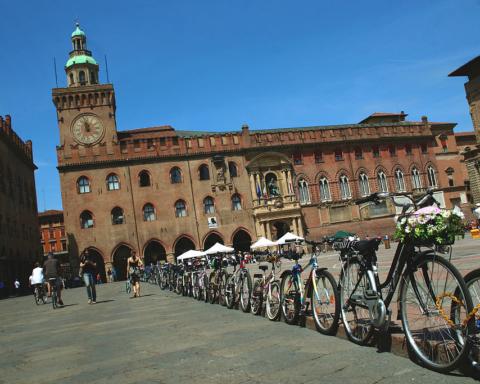 Piazza_Maggiore_Bologna_con_bici