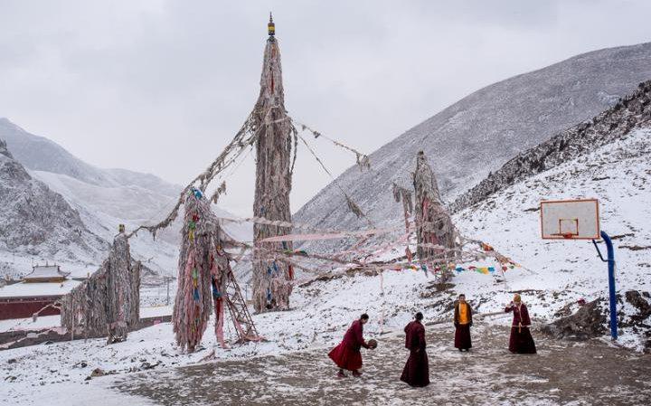 99130397_Buddhist_monks_play_basketball_on_a_court_in_their_mountainside_monastery_in_Zado_Tibet_Qin-large_transek9vKm18v_rkIPH9w2GMNoAUi_eAXJmjTzXoJ-uDM54.jpg