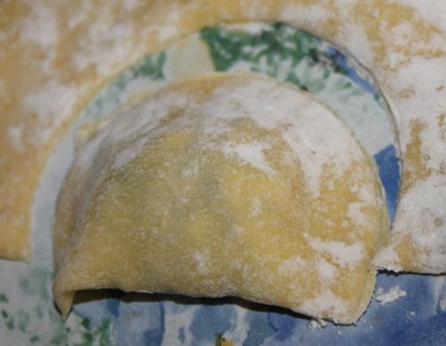 Il panzerotto tagliato dopo aver ripiegato la sfoglia sull'impasto