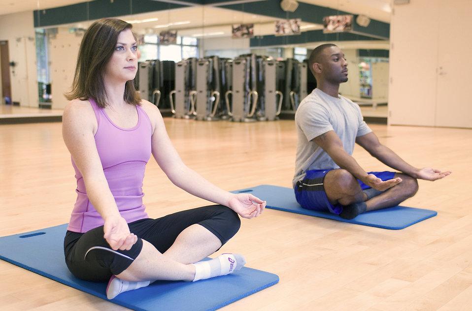 Un tappetino e un ambiente silenzioso e confortevole: tanto basta per praticare yoga