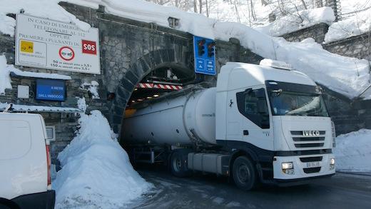 frame-da-clip-19-camion-in-uscita-dal-tunnel-tenda-lato-italia