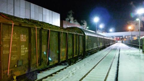 frame-da-clip-5-treno-db-legname-in-arrivo-a-burgo-verzuolo