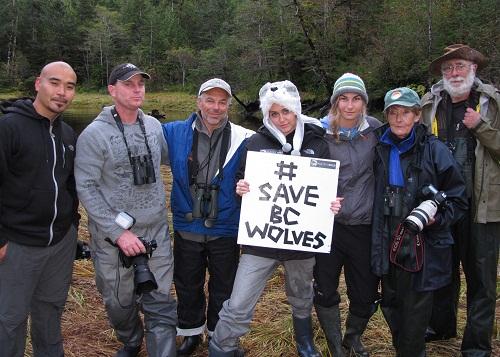 Miley Cyrus attivista contro l'abbattimento dei lupi nello stato della British Columbia, in Canada.