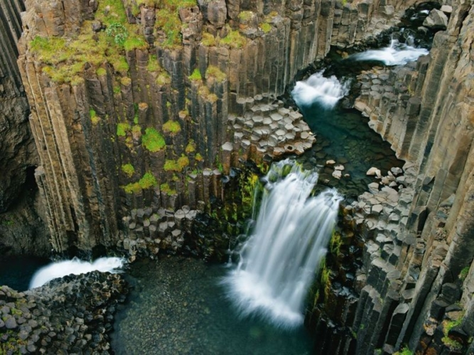 Waterfalls-Iceland-earth-porm-667x500.jpg