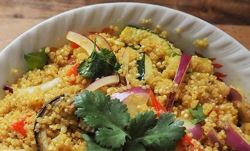Insalata di quinoa è un piatto salutare e facile da preparare.