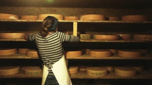 Sarah mentre controlla la stagionatura dei formaggi