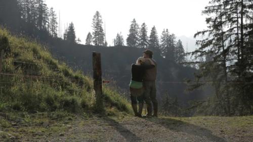 Sarah e Sämi, la giovane coppia protagonista di Z'Bärg. La montagna è quella dell'Oberland Bernese.