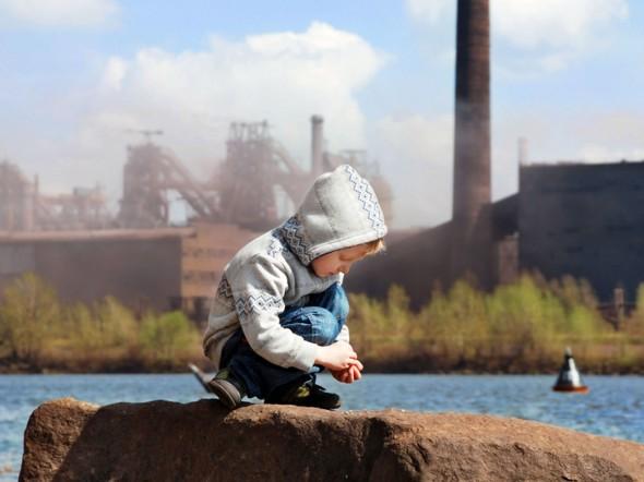 I bambini, soprattutto nelle grandi città, crescono tra lo smog delle industrie (Fonte foto: www.bimbisaniebelli.it)