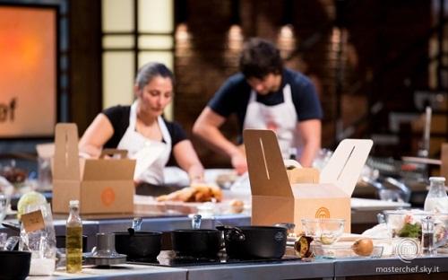 I concorrenti di MasterChef Italia 6 recuperano il cibo utilizzando la doggy bag