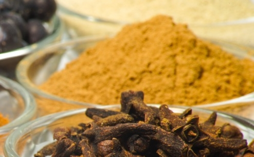 Il curry è composto da un mix di spezie, tra cui spicca la curcuma.