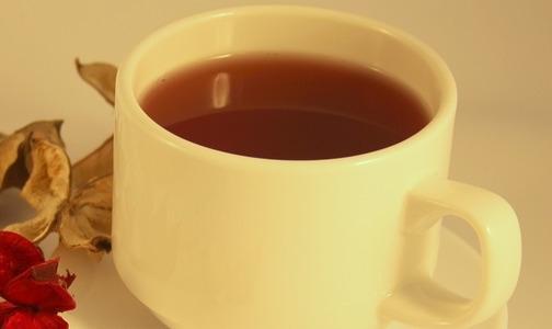 Dolori mestruali: tisane a base di zenzero, camomilla o melissa aiutano ad alleviarli