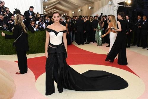 Emma Watson indossa un abito creato a partire da bottiglie di plastica riciclata.