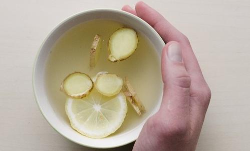 Emicrania: si possono alleviare i sintomi regalandosi un momento di relax con una tisana allo zenzero.