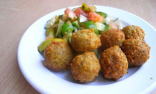 Falafel: a base di ceci, fave o fagioli, si possono cuocere al forno per una pietanza più salutare e leggera.