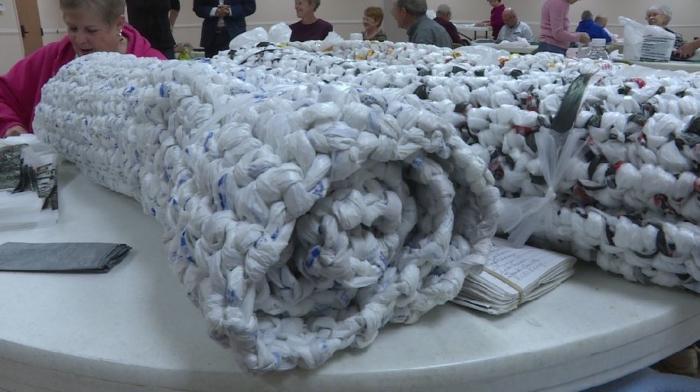 Sacchetti di plastica trasformati in stuoie per i senzatetto (fonte: wowt.com)