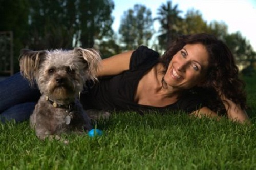 """Lisa Edelstein insieme a Shazam, il cagnolino salvato e adottato con """"Best Friends Animal Sanctuary"""""""