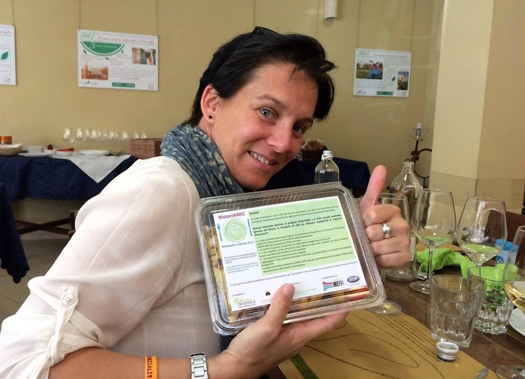 A Ferrara RistoriAMO e i clienti dei ristroanti possono portarsi a casa il cibo non consumato in sicurezza e igiene grazie alle istruzioni fornite dalla AUSL locale