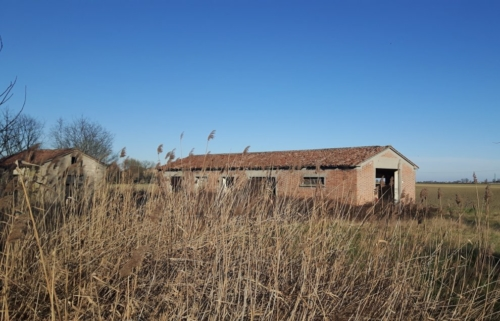 Ca Olmo di Boara in Emilia Romagna, casermetta sulla ciclovia VEnTO