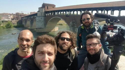 I nostri cinque giovani viaggiatori in una loro foto scattata a Pavia e pubblicata su facebook. Alle loro spalle il Ponte coperto
