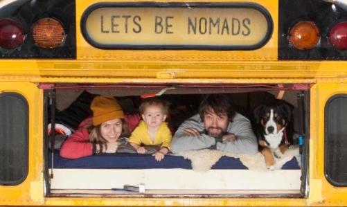 The Nomads Bus: Tim, Valerie, la loro piccola e il cane Lewis.
