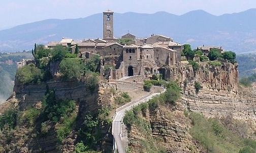 Eco viaggi: per ritrovare i ritmi lenti e naturali si può pernottare nei borghi fantasma in Italia.