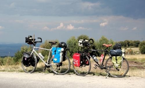 Eco viaggi: spostarsi in bici e a piedi permette di godere a pieno delle bellezze paesaggistiche.