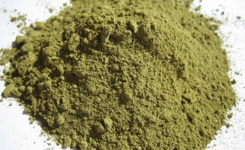 Hennè: dalle foglie di Lawsonia inermis si ottiene la tinta naturale che dona riflessi ramati alle chiome scure.