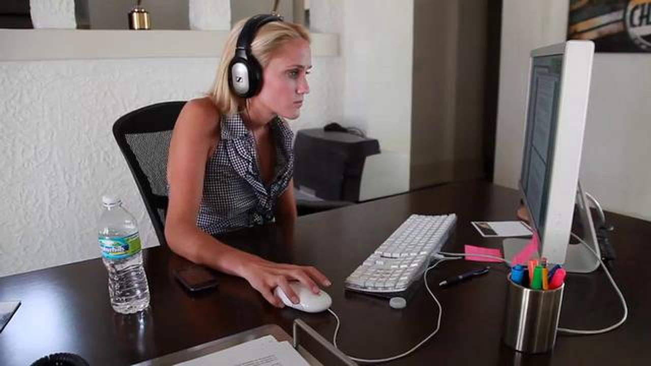Cervicale: per alleviare il dolore si possono svolgere semplici esercizi anche in ufficio.