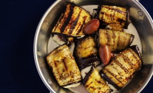 Ricette estive: gli involtini di melanzane sono una soluzione nutriente e veloce da preparare.