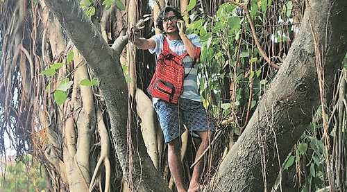 A Mumbai, i residenti sono saliti sugli alberi per ostacolarne l'abbattimento