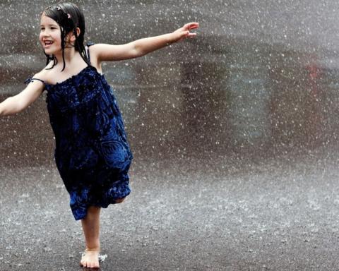 bambina sotto la pioggia