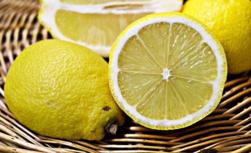 Herpes labiale: il limone possiede rinomate proprietà antibatteriche.
