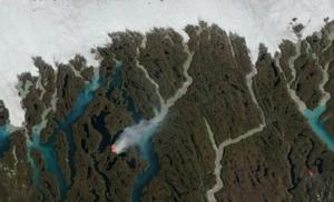 Nell'immagine satellitare della Nasa si nota la prossimità fra l'incendio di agosto in Groenlandia e i ghiacciai artici