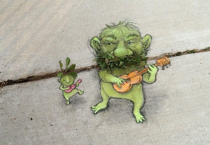 Ciuffi d'erba si trasformano in barba e capelli di folletti Photo: David Zinn