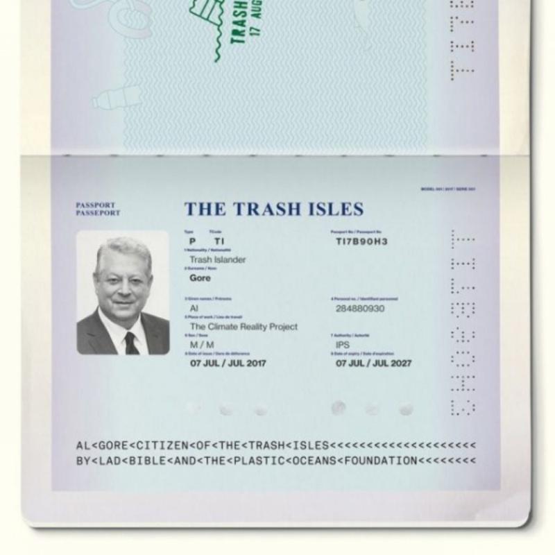Il passaporto di Al Gore, primo cittadino onorario dello Stato indipendente dell'isola di plastica (Ph: Focus)