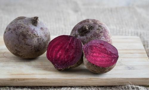 Chips di verdure: si possono preparare anche con la barbabietola.