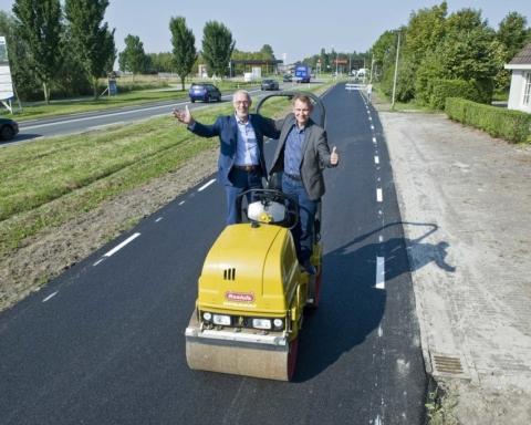 15-09-2016 Provincie Fryslan Jelsum onthulling bord asfalt van WC papier Erik Pijlman Yede van der Kooij Egbert Berenst Michiel Schrier Marjan Hoogeveen fietspad