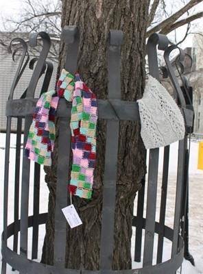 sciarpe legate agli alberi
