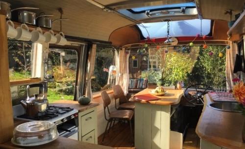 The Majestic Bus: la zona cucina/pranzo con piani di lavoro in legno di rovere.