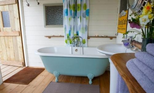 The Majestic Bus: all esterno è presente una cabina in legno adibita a bagno con una vasca old-style.