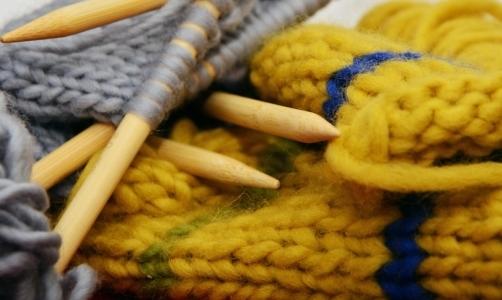 Knitting: larte dello sferruzzare sta diventando sempre più amata e popolare.