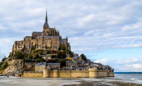 Via Micaelica: un altra suggestiva località legate a questo culto è Mont Saint Michel, in Francia.
