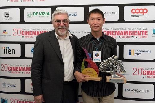 Il direttore del Festival Gaetano Capizzi insieme a Jiu-liang Wang, regista del documentario Plastic China, miglior documentario internazionale a CinemAmbiente 20