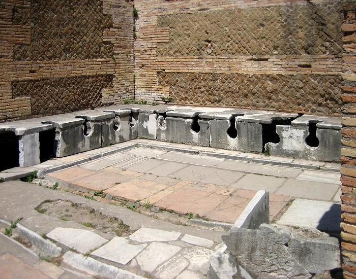 Un esempio di bagno pubblico a Ostia Antica