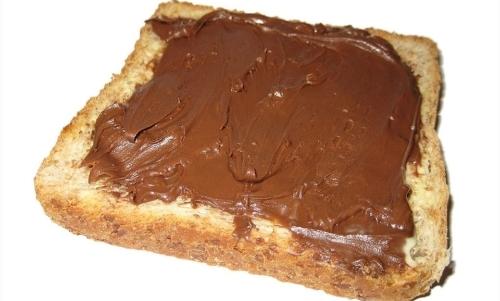 La nutella è una crema spalmabile alle nocciole che si può preparare in casa.