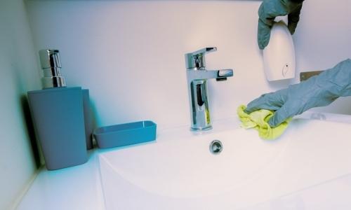 Prodotti per la pulizia inquinanti: detergenti chimici per ligiene della casa possono rivelarsi dannosi per la salute.