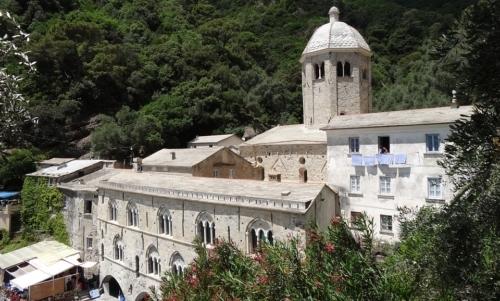 Sentiero delle Batterie: si conclude a San Fruttuoso, la cui abbazia è raggiungibile solo a piedi o in battello.